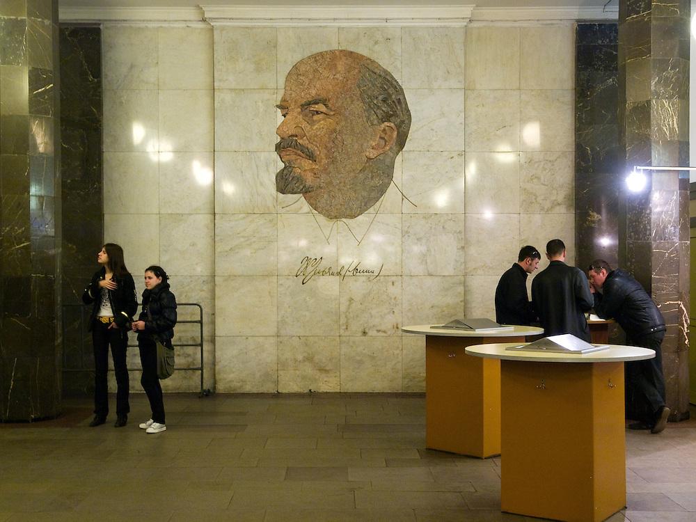 """Lenin Bild an der Moskauer Metrostation """"Ploschad Rewoljuzii"""" welche zum Roten Platz und Kreml führt.<br /> <br /> Lenin image at the Moscow metro station """"Ploshchad Revoluyutsii"""" (Revolution Square) which exit leads to the Red Square in Moscow."""