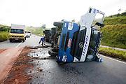 Nepomuceno_MG, Brasil...Acidente de caminhao na rodovia Fernao Dias...Truck accident on Fernao Dias highway...Foto: LEO DRUMOND / NITRO
