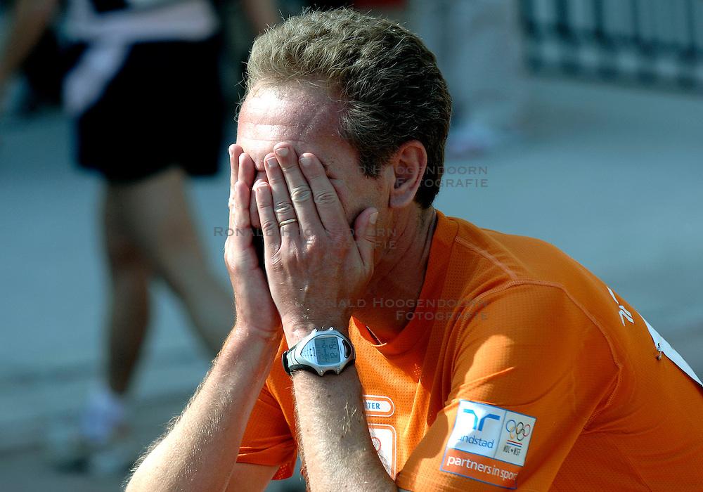 21-10-2007 ATLETIEK: ANA BEIJING MARATHON: BEIJING CHINA<br /> De Beijing Olympic Marathon Experience georganiseerd door NOC NSF en ATP is een groot succes geworden / Emotie bij de loper<br /> ©2007-WWW.FOTOHOOGENDOORN.NL
