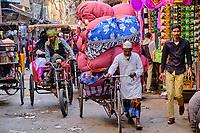 Inde, Delhi, quartier de Chawri Bazar, rikshaw dans la circulation // India, Delhi, New Delhi, Chawri Bazar, district, rikshaw in traffic