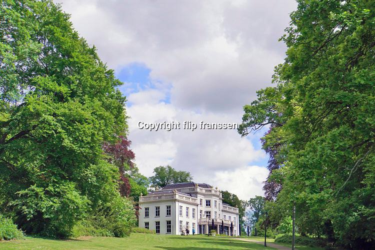Nederland, Arnhem, 16-5-2019Beeld vanuit het Arhemse park,  Sonsbeek . Het stadspark was oorspronkelijk eind 19e eeuw een landgoed en dit en andere landgoederen stonden met elkaar in verbinding tot aan zeist . De villa kijkt uiit op de stad .Foto: Flip Franssen