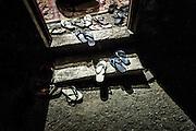 Les chaussures et les sandales sont laissées à l'entrée de la salle des pleurs pour présenter son respect à la famille et au défunt. - Tribu de Tendo - Hienghene - Nouvelle Calédonie - Aout 2013
