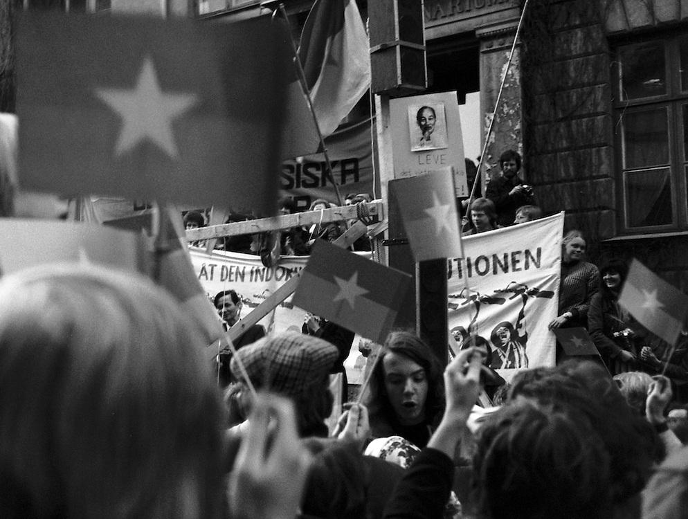 30 april 1975 utanför PRR:s informationskontor på Riddargatan i Stockholm. En stor skara människor samlades spontant för att fira och hylla FNL som tågat in i Saigon.