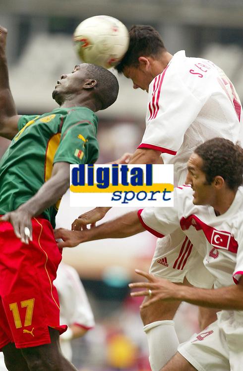 FOOTBALL - CONFEDERATIONS CUP 2003 - GROUP B - KAMERUN V TYRKIA  - 030621 - MARC VIVIEN FOE (CAM) / SERVET CETIN (TUR) - PHOTO STEPHANE MANTEY / DIGITALSPORT