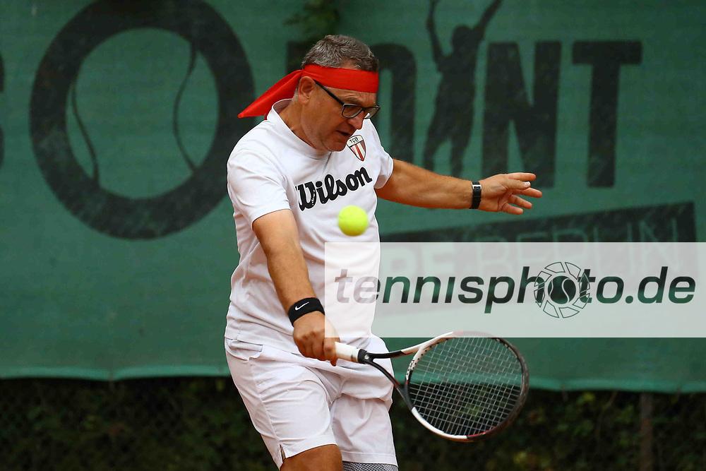 Tennis, Weiß-Rot Cup Senioren 2021, Halbfinale Herren Ü50 am 24.09.21, Christian Müller (TC OW Friedrichshagen) vs. Holger Rothe (TC Bamberg), Holger Rothe (TC Bamberg) spielt den Ball mit seiner Rückhand, Foto: Michael Hundt