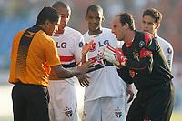 20091122: RIO DE JANEIRO, BRAZIL - Botafogo vs Sao Paulo: Brazilian League 2009. In picture: Rogerio Ceni (Sao Paulo goalkeeper, R) arguing with the referee. PHOTO: CITYFILES