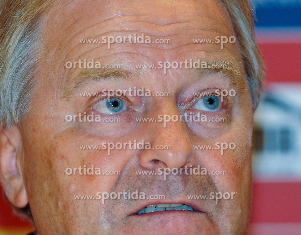 07.09.2011, Hilton, Wien, AUT, Pressekonferenz OEFB, im Bild OEFB Praesident Leo Windtner // during the OEFB Press Conference, at Hilton, Vienna, 2011-09-07, EXPA Pictures © 2011, PhotoCredit: EXPA/ M. Gruber