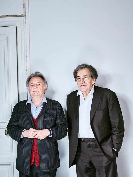Régis Debray et Alain Finkielkraut, philosophes et écrivains, au domicile du premier. Paris, France. 25 avril 2017. <br /> Régis Debray and Alain Finkielkraut, thinkers and writers, in the apartment where the former lives. Paris, France. 25 avril 2017.
