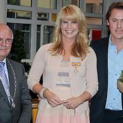 NLD/Huizen/20110429 - Lintjesregen 2011, Linda de Mol en partner Jeroen Rietbergen en burgemeester Fons Hertog