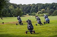 ILLUSTRATIEF  - tassen op trolleys., zoeken naar de bal,  COPYRIGHT  KOEN SUYK