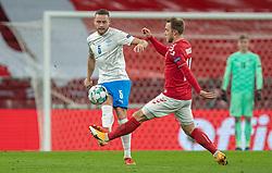 Sverrir Ingason (Island) og Christian Eriksen (Danmark) under kampen i Nations League mellem Danmark og Island den 15. november 2020 i Parken, København (Foto: Claus Birch).