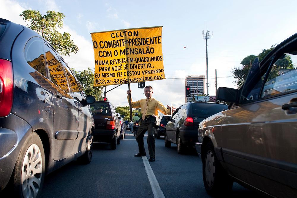 Belo Horizonte_MG, Brasil...Lacarmelio roteirista, desenhista e vendedor da revista em quadrinhos Celton, que ele mesmo faz e vende em sinais de Belo Horizonte...Lacarmelio is a writer, a designer and a seller of the comic book Celton, He makes and sells his comics books in the signs in Belo Horizonte...Foto: LEO DRUMOND / NITRO