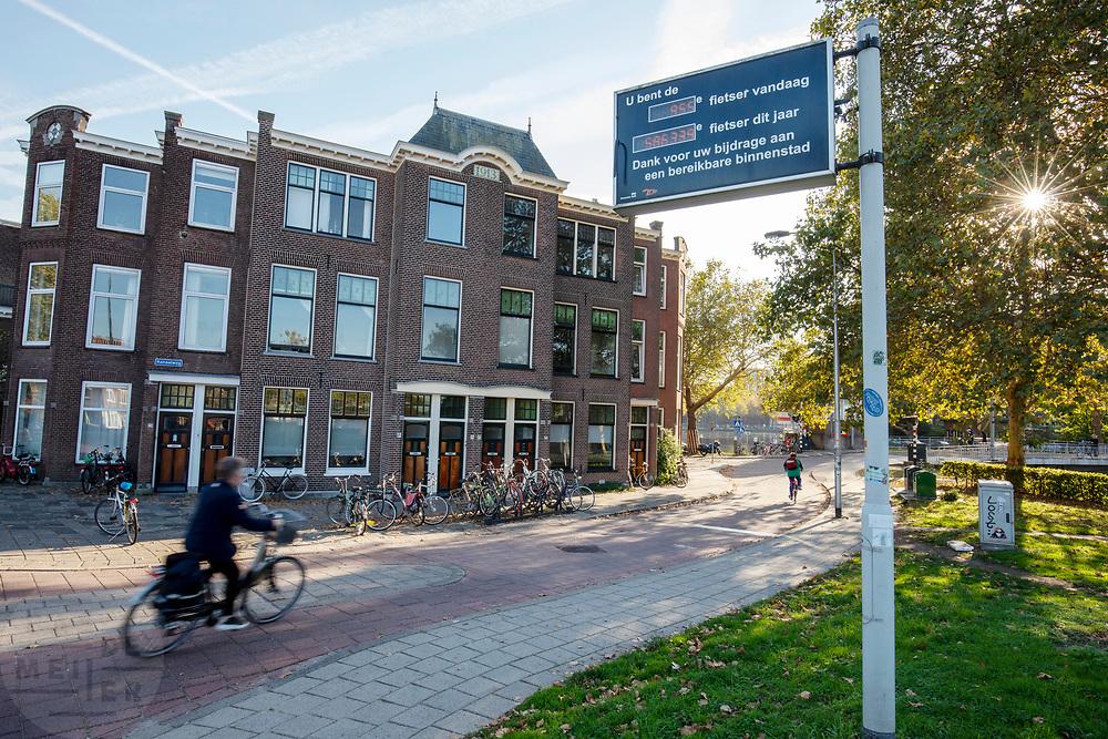 In Delft passeert een fietser het bord waarop staat hoeveel fietsers het punt passeren.<br /> <br /> In Delft a cyclist passes the sign that count how many cyclists cross that point.