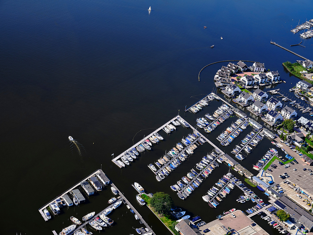 Nederland, Noord-Holland, gemeente Wijdemeren, 02-09-2020; Oud-Loosdrecht, jachthaven en drijvende waterwoningen. Loosdrechtse Plassen.<br /> Oud-Loosdrecht, marina and floating water houses. Loosdrechtse Plassen.<br /> <br /> luchtfoto (toeslag op standard tarieven);<br /> aerial photo (additional fee required);<br /> copyright foto/photo Siebe Swart