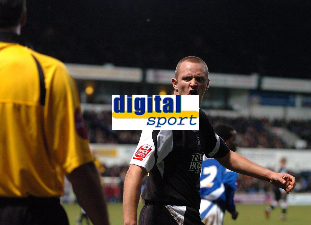 Photo: Ashley Pickering.<br />Ipswich Town v Swansea City. The FA Cup. 27/01/2007.<br />Swansea's Lee Trundle has a word with the linesman