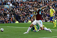 Sam Vokes of Burnley pokes the ball home to score his teams 1st goal. Premier League match, Burnley v Everton at Turf Moor in Burnley , Lancs on Saturday 22nd October 2016.<br /> pic by Chris Stading, Andrew Orchard sports photography.
