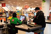 Winkels mogen nog open blijven, een klant draagt een mondkapje ter bescherming