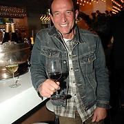 NLD/Amsterdam/20070315 - Lancering nieuw blad Catherine van Catherine Keyl, Rob Verlinden neemt een wijntje