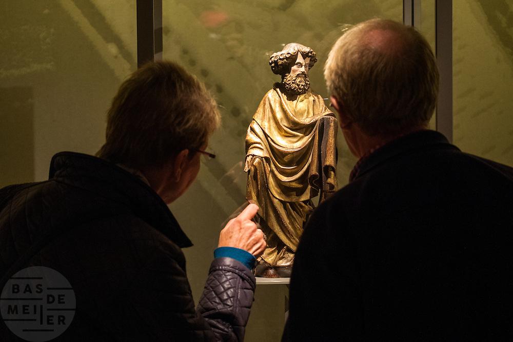 In Utrecht opent burgemeester Jan van Zanen een nieuwe zaal in het Museum Catharijneconvent. In de zaal staat een voor Nederland uniek beeld van apostel Petrus. Het beeld, een houten sculptuur uit het atelier van de in Haarlem geboren beeldhouwer Claux de Werve (1380 - 1439), is de nieuwste en duurste aanwinst van Museum Catharijneconvent. Het museum heeft 400.000 euro neergeteld. De sculptuur komt waarschijnlijk uit een cisterciënzerabdij in Theuley in het oosten van Frankrijk en is door het museum gekocht tijdens de Tefaf beurs. Het is het eerste werk van De Werve dat in Nederlands bezit is. et werk staat in de  Catharinezaal, een nieuwe expositieruimte waar de topstukken van het museum te zien zijn. Daaronder ook de monstrans die  een paar jaar geleden was gestolen en later is terugvonden.<br /> <br /> Utrecht Mayor Jan van Zanen reveals a unique statue of Apostle Peter. The image, a wooden sculpture from the studio of Claux de Werve (1380 - 1439), is the newest and most expensive acquisition of museum Catharijneconvent. The sculpture is probably from a Cistercian abbey in Theuley in eastern France and was purchased by the museum during the TEFAF fair. It is the first work of De Werve which is in Dutch hands. The unveiling will take place during the opening of Catharine Hall, a new exhibition space which houses the masterpieces of the museum. This includes the monstrance that a few years ago was stolen and found again later.