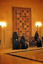 Mulheres de burca no Rotana Beach Hotel. A burqa ou burca é uma veste feminina que cobre todo o corpo, até o rosto e os olhos. É usada pelas mulheres do Afeganistão e do Paquistão, em áreas próximas à fronteira com o Afeganistão.. FOTO: Jefferson Bernardes/Preview.com