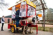 De prinsessen Beatrix, Aimée en de prinsen Constantijn en Floris hebben vrijdag de handen uit de mouwen gestoken voor de actie NLdoet. De koninklijke vrijwilligers hielpen mee op de Prinses Máxima Manege in Den Dolder. <br /> <br /> The princesses Beatrix, Aimée and princes Constantine and Floris have done some volunteer works forthe  action NLdoet. The royal volunteers helped the Princess Máxima riding in Den Dolder.<br /> <br /> Op de foto / On the Photo:  Prinses Aimée