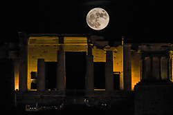 November 14, 2016 - Athens, Greece -  The Super Moon rises over Filopappou hill with view to the Acropolis of Athens. The moon is the biggest and brightest full moon in almost 70 years.  (Credit Image: © Wassilios Aswestopoulos/NurPhoto via ZUMA Press)