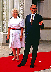 United States President George H.W. Bush and first lady Barbara Bush await the arrival of world leaders to the 1990 Economic Summit of Industrialized Nation in Houston, Texas on July 8, 1990.Credit: Ron Sachs / CNP /ABACAPRESS.COM  | 618522_001 Houston Etats-Unis United States