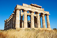 Greek Dorik Temple ruins of Temple F at Selinunte, Sicily .<br /> <br /> If you prefer to buy from our ALAMY PHOTO LIBRARY  Collection visit : https://www.alamy.com/portfolio/paul-williams-funkystock/selinuntetemple.html<br /> Visit our CLASSICAL WORLD HISTORIC SITES PHOTO COLLECTIONS for more photos to buy as buy as wall art prints https://funkystock.photoshelter.com/gallery-collection/Classical-Era-Historic-Sites-Archaeological-Sites-Pictures-Images/C0000g4bSGiDL9rw