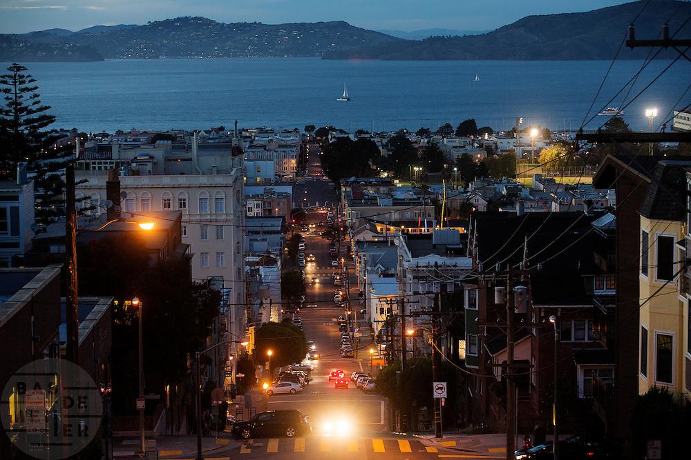 De Amerikaanse stad San Francisco aan de westkust is een van de grootste steden in Amerika en kenmerkt zich door de steile heuvels in de stad.<br /> <br /> The US city of San Francisco on the west coast is one of the largest cities in America and is characterized by the steep hills in the city.
