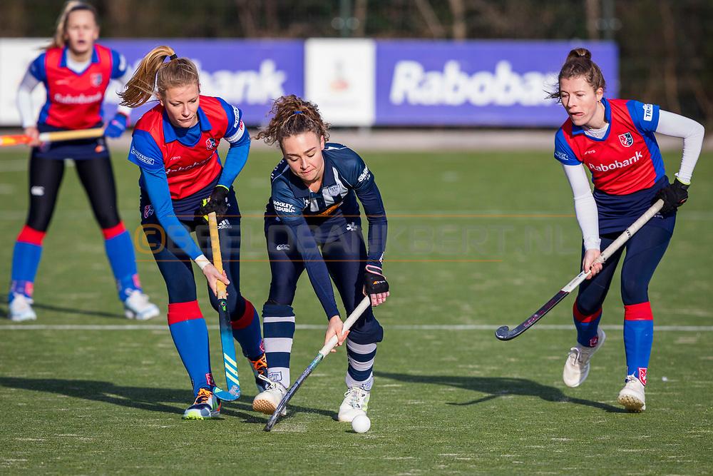 BILTHOVEN -  Hoofdklasse competitiewedstrijd dames, SCHC v hdm, seizoen 2020-2021.<br /> Foto: Caia van Maasakker (SCHC, captain), Eva van 't Hoog (hdm) en Fabiënne Roosen (SCHC)