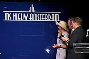Doop ms Nieuw Amsterdam in Venetie<br /> <br /> Hare Koninklijke Hoogheid prinses Máxima doopt op zondag 4 juli 2010 in Venetië het cruiseschip ms Nieuw Amsterdam van de Holland America Line. Het schip is de tweede in de Signature-klasse. De Nieuw Amsterdam, die plaats biedt aan 2.106 passagiers, wordt gebouwd door de scheepsbouwer Fincantieri-Cantieri Navali Italiani S.p.A. in Marghera, Italië. <br /> <br /> op de foto:<br /> <br />  Maxima zet haar handtekening