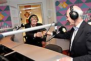 Frank Boeijen krijgt NPO Radio 5 Oeuvre Award in n de NPO Radio 5-uitzending .<br /> <br /> Op de foto:  Radio-presentator Frits Spits (R) met zanger Frank Boeijen