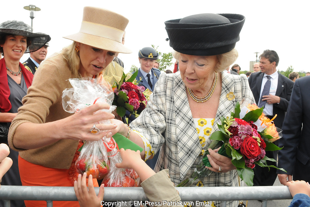 State Visit of the presidentof Chili , Michelle Bachelet to the Netherlands.<br /> <br /> On the photo Queen Beatrix and Princes Maxima getting strawberry's from the public at the Universaty in Wageningen.