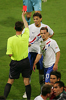 Gelb Rote Karte Boulahrouz, v.l. Schiedsrichter Valentin Ivanov Russland, Khalid Boulahrouz,  Wesley Sneijder Niederlande , rødt kort<br /> Fussball WM 2006 Achtelfinale Portugal - Niederlande<br />  Portugal - Nederland<br /> Norway only