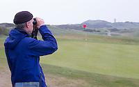 DOMBURG - Floor Arts. Birdwatching op de golfbaan van de Domburgsche Golf Club olv Vogelaar / bioloog Floor Arts met baancommissaris Inge Boomsma en hoofdgreenkeeper Arjen Bosschaart. Een natuurvriendelijk en milieubewust beheerd golfterrein biedt voor de golfer een interessante en uitdagende omgeving en bevordert de beeldvorming van de golfsport als een 'groene' sport.  Het beleid kent drie programma's: Committed to Green, Golfers love Birdies en Green Deal. COPYRIGHT KOEN SUYK
