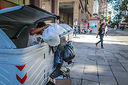 Moradores de rua reviram lixeira para catar comida no centro de Porto Alegre. Foto: Jefferson Bernardes/ Agência Preview