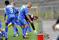 Fotball<br /> 22.07.2012<br /> Adeccoligaen<br /> Bærum v Sandefjord 1:3<br /> Foto: Morten Olsen, Digitalsport<br /> <br /> Panajotis Dimitriadis og keeper Iven Austbø legger en rød rose utenfor banen til minne om terrorofrene i Oslo og på Utøya 22. juli 2011.<br /> <br /> Panajotis Dimitriadis and keeper Iven Austbø with red roses i in member of the victims in Oslo an at Utøya on July 22nd 2011
