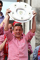 09.05.2010, Marienplatz, Muenchen, GER, 1. FBL, Meisterfeier der Bayern , im Bild Ivica Olic (FC Bayern Nr.11) mit der Meisterschale , EXPA Pictures © 2010, PhotoCredit: EXPA/ nph/  Straubmeier / SPORTIDA PHOTO AGENCY