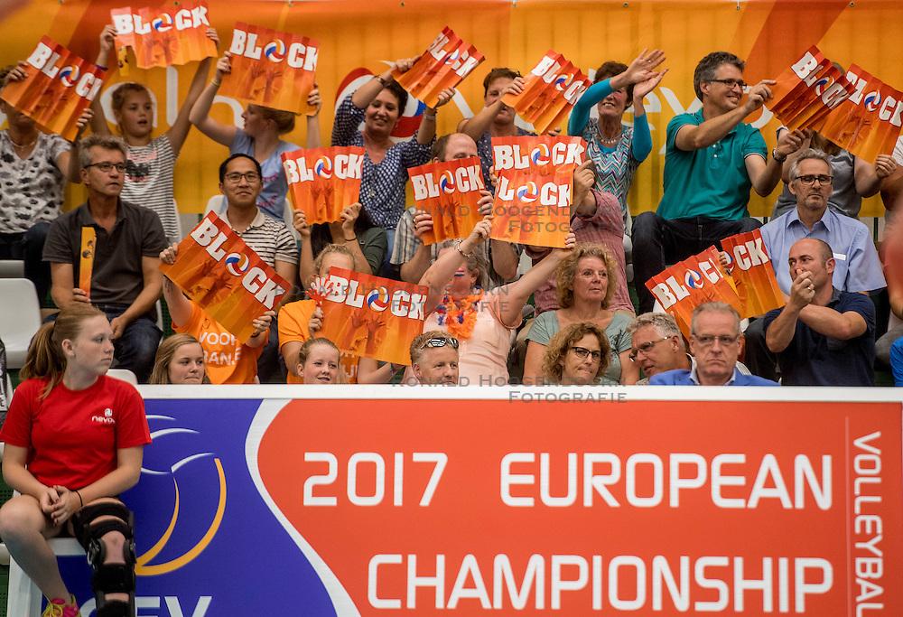 24-09-2016 NED: EK Kwalificatie Nederland - Wit Rusland, Koog aan de Zaan<br /> Nederland wint na een 2-0 achterstand in sets met 3-2 / support publiek block