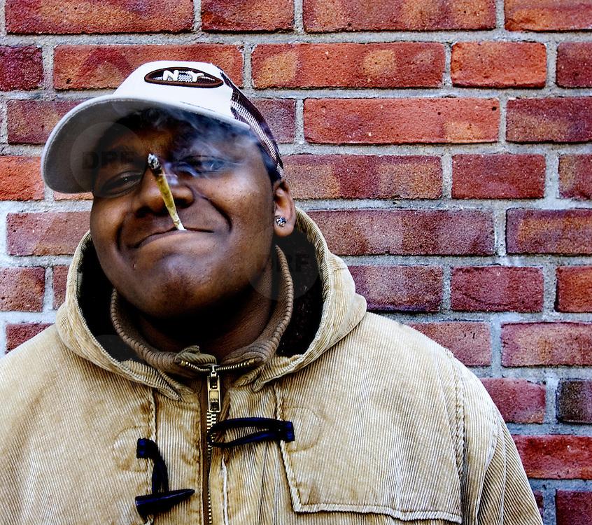 Nederland Rotterdam 12 maart 2007 20070312. Allochtone jongere rookt een joint ..Foto David Rozing