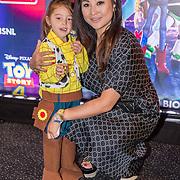 NLD/Utrecht/20190622 - Filmpremiere Toy Story 4, Janine Kho met haar dochter
