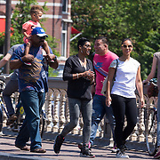 NLD/Amsterdam/20130607 - Alicia Keys gaat met haar vader, moeder en zoontje Egypt een stukje lopen door de stad - Alicia Keys goes walking with father, mother and her son Egypt trough the city of Amsterdam prior to her concert