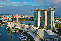 Singapour, Marina Bay, l'hotel Marina Bay Sands, et le Musée des Arts et des Sciences en forme de fleur de lotus //Singapore, Marina Bay, Marina Bay Sands hotel, the arts and Sciences Museum built like a lotus flower