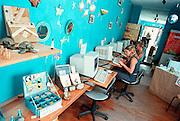 Spanje, Tarifa, 17-5-2001Internet cafe in combinatie met winkeltje met zelfgemaakte spulletjes.Communicatie buitenland, e-mail, jongeren, reizenFoto: Flip Franssen