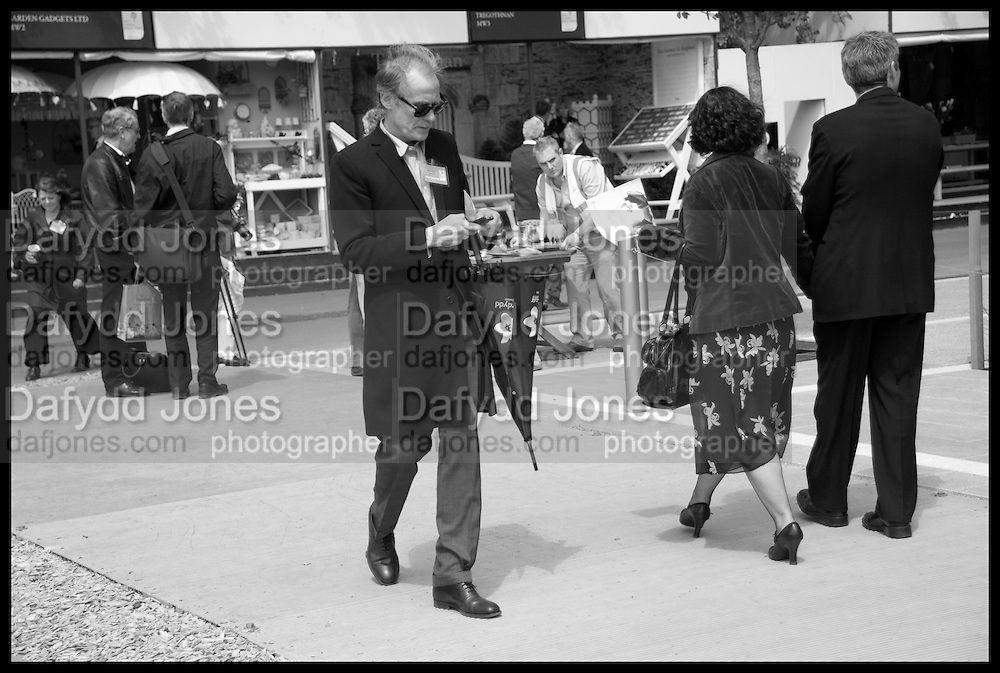 BILL NIGHY, Press and VIP viewing day. Chelsea Flower show, Royal Hospital Grounds. Chelsea. London. 18 May 2009