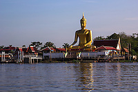 Wat Bang Chak sits on the banks of the Chao Phrya River at Pak Kret, just opposite the island of Ko Kret.  The temple is most noted for its large buddha overlooking the river.