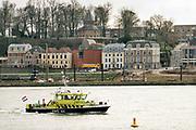 Nederland, Nijmegen, 28-1-2019 Een patrouilleboot van rijkswaterstaat vaart langs Nijmegen. Het is de RWS 44 . De bemanning heeft juist materialen afgeleverd an de steigerbouwers bij de brug die een stevige onderhoudsbeurt krijgt.Foto: Flip Franssen