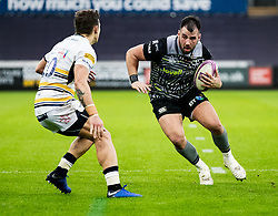 Scott Baldwin of Ospreys under pressure from Ryan Mills of Worcester Warriors<br /> <br /> Photographer Simon King/Replay Images<br /> <br /> European Rugby Challenge Cup Round 5 - Ospreys v Worcester Warriors - Saturday 12th January 2019 - Liberty Stadium - Swansea<br /> <br /> World Copyright © Replay Images . All rights reserved. info@replayimages.co.uk - http://replayimages.co.uk