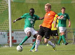 Ousmane Seck (Avarta) begår straffespark mod Kasper Kristensen (FC Helsingør) under kampen i 2. Division Øst mellem Boldklubben Avarta og FC Helsingør den 19. august 2012 i Espelunden. (Foto: Claus Birch).