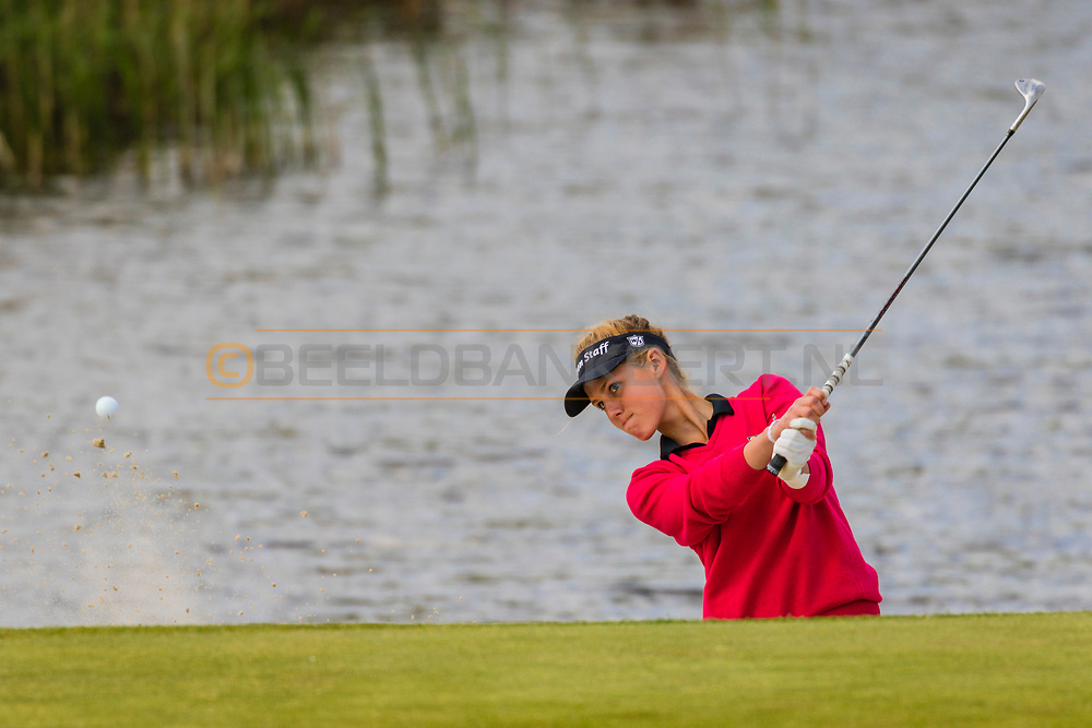 17-05-2015 NGF Competitie 2015, Hoofdklasse Heren - Dames Standaard - Finale, Golfsocieteit De Lage Vuursche, Den Dolder, Nederland. 17 mei. Dames Noordwijkse: Mayka Hoogeboom tijdens de foursomes.